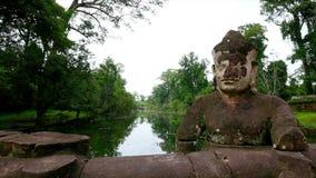 Fluss und Statue mit Bäumen und Gras stock video footage