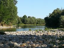 Fluss und Steine lizenzfreies stockfoto