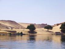 Fluss und Wüste lizenzfreie stockfotos