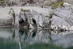 Fluss und weiße Steine Stockbilder