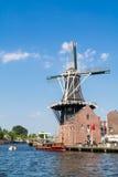 Fluss und Windmühle Spaarne in Haarlem, die Niederlande Stockbild
