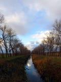 Fluss und Wolken stockbild