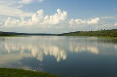 Fluss und Wolken Reflex Stockbild