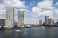 Fluss und Wolkenkratzer Sumida in Tokyo Stockfotos
