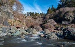 Fluss unter blauem Himmel Lizenzfreie Stockfotografie
