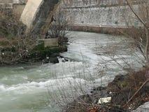 Fluss unter Brücke lizenzfreies stockfoto