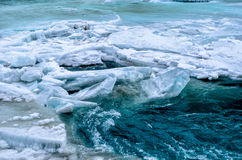 Fluss unter dem gefrorenen Fluss Lizenzfreie Stockfotografie