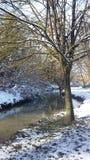 Fluss unter dem Schnee stockfotos