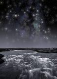 Fluss unter den Sternen lizenzfreie stockbilder