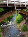Fluss unter der Brücke Stockfoto