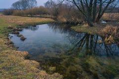 Fluss unter Feldern Lizenzfreies Stockbild