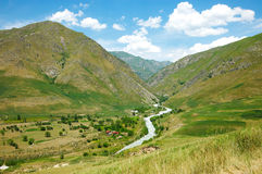 Fluss unter hohen Bergen Lizenzfreies Stockbild