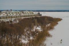 Fluss unter Schnee Stockfotografie