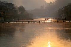 Fluss unter Sonnenuntergang Lizenzfreies Stockbild