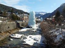 Fluss in Val Gardena und Skulptur gemacht vom Eis Stockbild