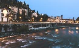Fluss Veronas Italien nachts stockbilder