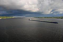 Fluss Volga, Massengutfrachter, Kostroma, Russland stockfotos