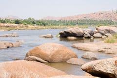Fluss voll der großen Steine Stockbild