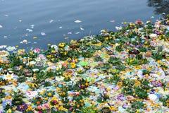 Fluss voll von Kratong nach Loykratong-Festival Stockfotos