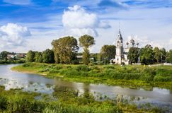 Fluss Vologda und Kirche der Darstellung des Lords, Vologda, Russland Lizenzfreies Stockfoto