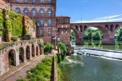 Fluss von Albi mit Altbauten lizenzfreie stockfotografie