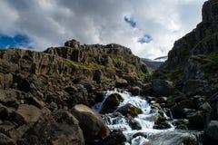 Fluss von einem geschmolzenen Gletscher, Island stockbild