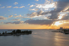 Fluss von Ozama und Meer bei Sonnenuntergang Santo Domingo, Dominicana Lizenzfreies Stockfoto