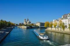 Fluss von Paris mit Booten und Gebäudesommerzeit Lizenzfreie Stockfotografie