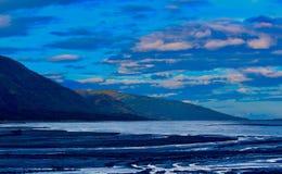 Fluss von Wolken mit dem Fluss, zum des Küssens von Bergen zu wässern lizenzfreies stockbild