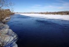 Fluss während des Frühlinges Stockbilder