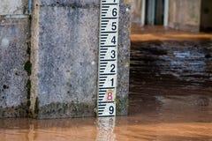 Fluss-waagerecht ausgerichtetes Markierungs-Messgerät für Maß Hochwasser-Niveaus Stockfotografie