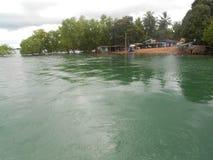 Fluss, Wald, Wolke, Wellen und wondeer volles Klima Lizenzfreies Stockfoto