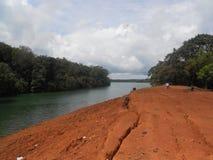 Fluss, Wald, Wolke, Wellen und wondeer volles Klima Lizenzfreie Stockfotografie