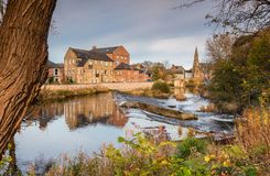 Fluss Wansbeck-Wehr in Morpeth Lizenzfreies Stockfoto