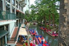 Fluss-Weg mit bunten Booten lizenzfreies stockbild