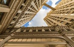 Fluss-Weg mit städtischen Wolkenkratzern in Chicago, Vereinigte Staaten lizenzfreie stockfotos