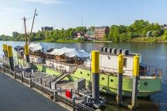 Fluss Weser mit Schiff Mitgliedstaat Treue verankert in Flussbank Lizenzfreies Stockfoto