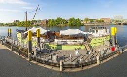 Fluss Weser mit Schiff Mitgliedstaat Treue verankert in Flussbank Lizenzfreies Stockbild