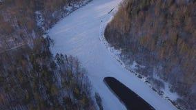 Fluss Winter Sigulda Eis gefrorenes Luftvideo der Draufsicht 4K UHD brummens Gauja Lettland stock footage