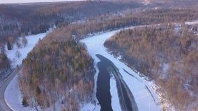 Fluss Winter Sigulda Eis gefrorenes Luftvideo der Draufsicht 4K UHD brummens Gauja Lettland stock video