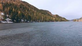 Fluss wird durch eine Dünnschicht des Eises im Vorfrühling oder im Herbst gesprungen stock footage
