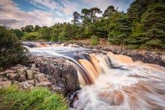 Fluss zweigt Kaskaden über niedriger Kraft ab Stockfotografie