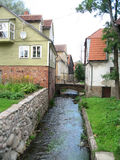 Fluss zwischen den Häusern Stockfotos