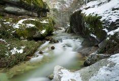 Fluss zwischen Felsen Stockfoto