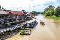 Flussansicht des Sam Chuk-Einheimischmarktes Stockfotos