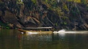 Flussansicht mit Flosshaus auf Fluss Kwai in Kanchanaburi Stockfoto
