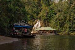 Flussansicht mit Flosshaus auf Fluss Kwai in Kanchanaburi Lizenzfreie Stockfotos
