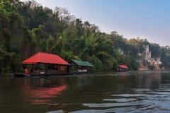 Flussansicht mit Flosshaus auf Fluss Kwai in Kanchanaburi Lizenzfreies Stockbild