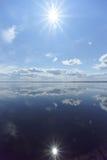 Flussansicht mit Wolken reflektierte sich in ihr, in der Sonne im Rahmen und in der Reflexion der Sonne, Volga, Russland Stockfotografie