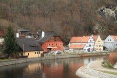 Flussbank in Cesky Krumlov Lizenzfreies Stockfoto